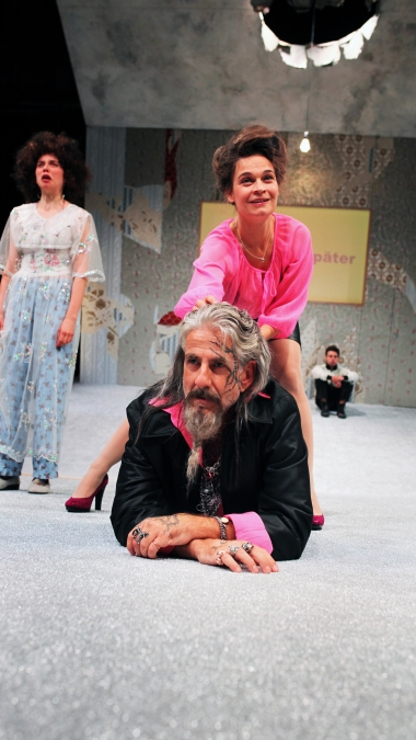 Theater an der Parkaue/ Ratten/ Nina Wyss, Elisabeth Heckel, Jakob Kraze, Tolga Tavan Foto: Christian Brachwitz