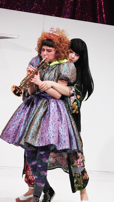 Die erstaunlichen Abenteuer der Maulina Schmitt/ Theater an der Parkaue/ Nina Wyss, Melina Borcherding Foto: Christian Brachwitz
